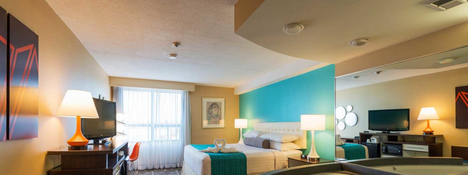 Deluxe King Whirlpool Suite Howard Johnson Plaza By Wyndham By The Falls